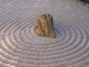Minimalistischer Garten mit Stein