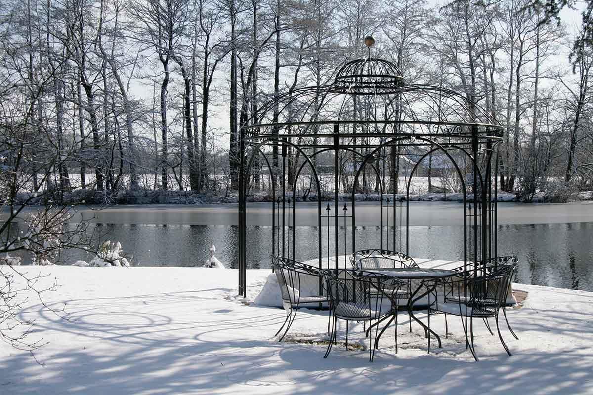 Pavillon im winterlichen Garten