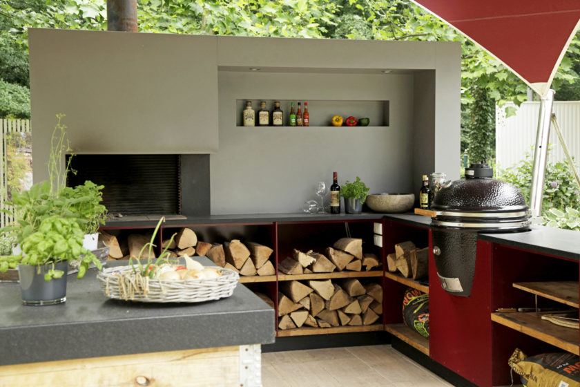 Draußen leben mit einer Freiluftküche.